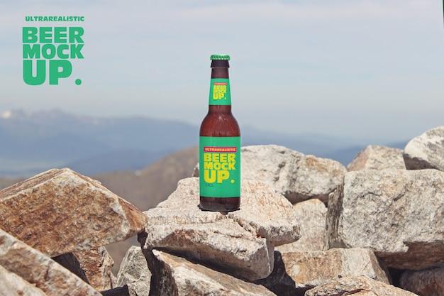 Maquete de cerveja de montanha de pedra nas rochas
