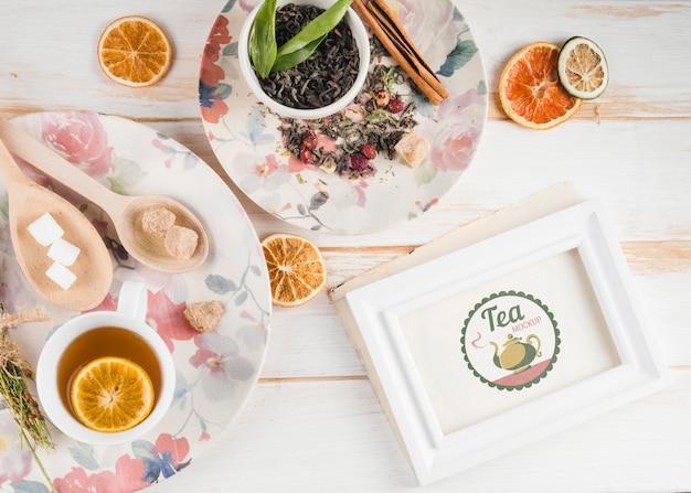 Maquete de chá com frutas cítricas e ervas