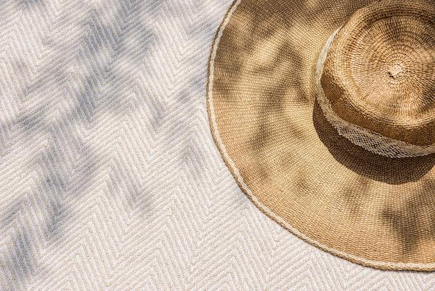 Maquete de chapéu de sol psd em padrão floral moda de verão