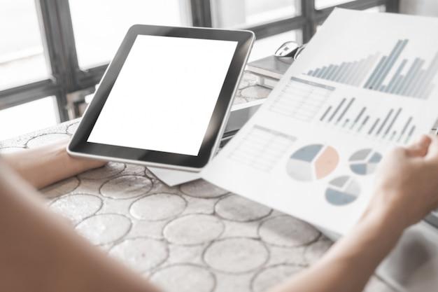 Maquete de close-up mulher de negócios, trabalhando com tablet e documentos no escritório