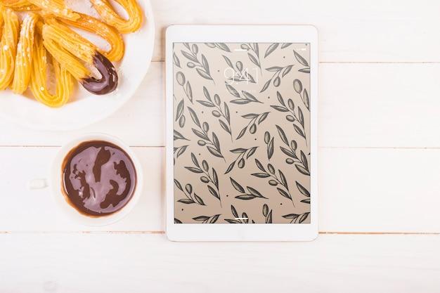 Maquete de comida espanhola tradicional com tablet