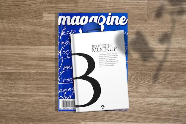 Maquete de composição de livro e revista sobre superfície de madeira