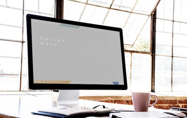 Maquete de computador perto de uma janela