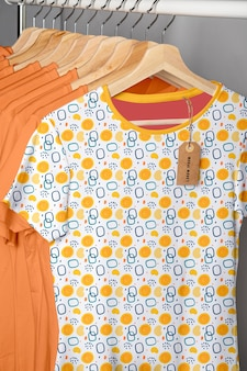 Maquete de conceito de camisa multicolorida