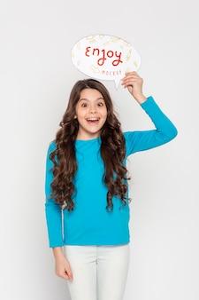 Maquete de conceito de entretenimento sorridente menina