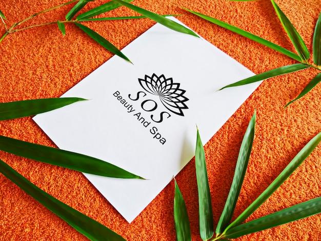 Maquete de conceito de folhas de bambu spa e toalha