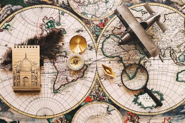 Maquete de conceito retrô viagens com o bloco de notas
