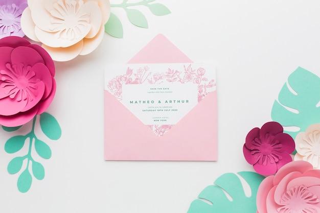 Maquete de convite de casamento com flores de papel