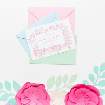 Maquete de convite de casamento e envelopes com flores de papel