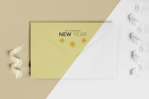 Maquete de convite de envelope de ano novo com fita