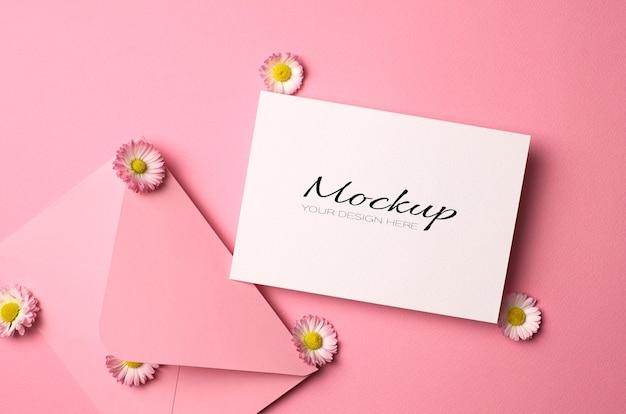 Maquete de convite ou cartão comemorativo com flores de envelope e margarida em rosa