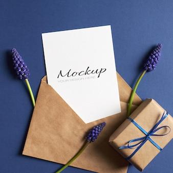 Maquete de convite ou cartão de felicitações com caixa de presente