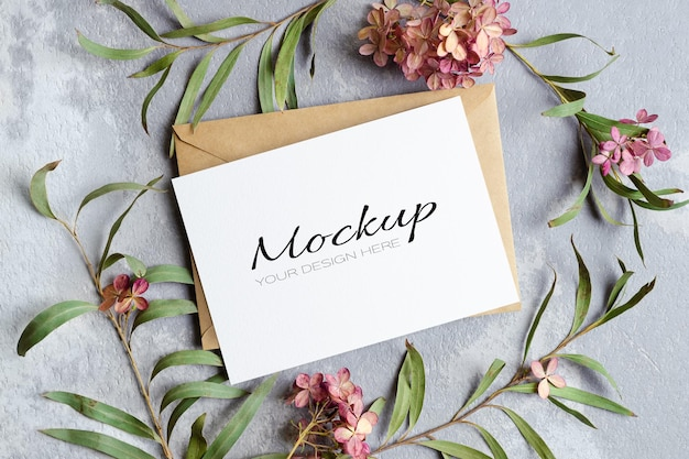 Maquete de convite ou cartão de felicitações com envelope e decorações de flores secas