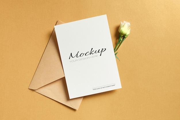 Maquete de convite ou cartão de felicitações com envelope e flores brancas