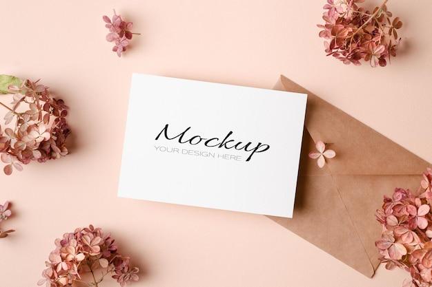 Maquete de convite ou cartão de felicitações com envelope e flores de hortênsia rosa