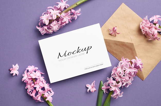 Maquete de convite ou cartão de felicitações com envelope e flores de jacinto rosa