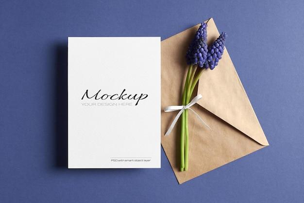 Maquete de convite ou cartão de felicitações com envelope