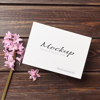 Maquete de convite ou cartão de felicitações com flor de jacinto
