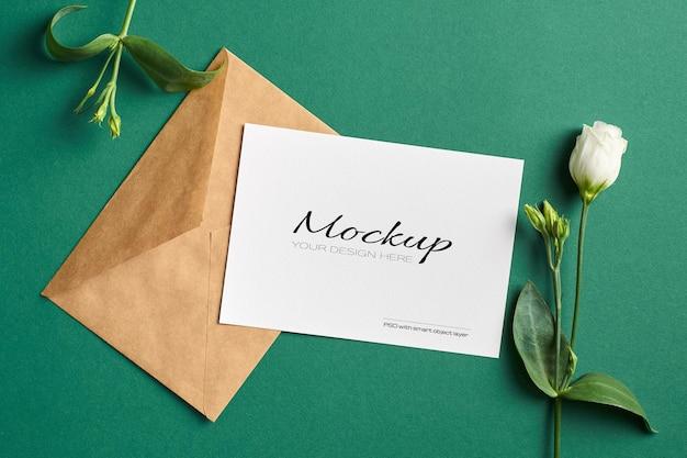 Maquete de convite ou cartão de felicitações com flores brancas eustoma