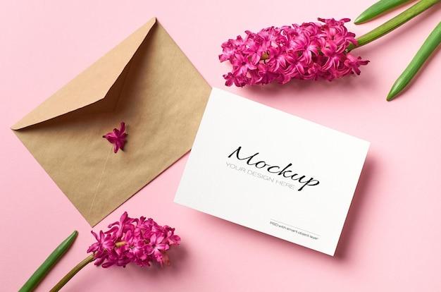 Maquete de convite ou cartão de felicitações com flores de envelope e jacinto