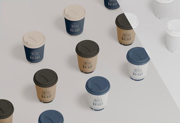Maquete de copos de café de papel de ângulo alto