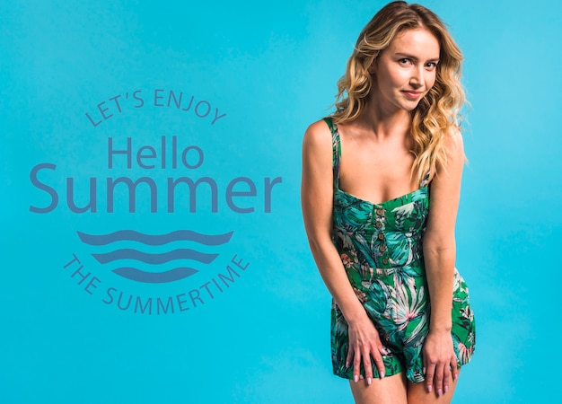 Maquete de copyspace com conceito de verão ao lado de mulher atraente