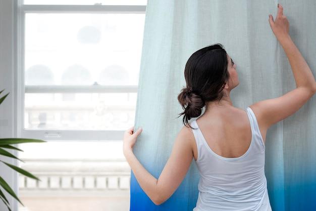 Maquete de cortina de janela psd em padrão ombre azul