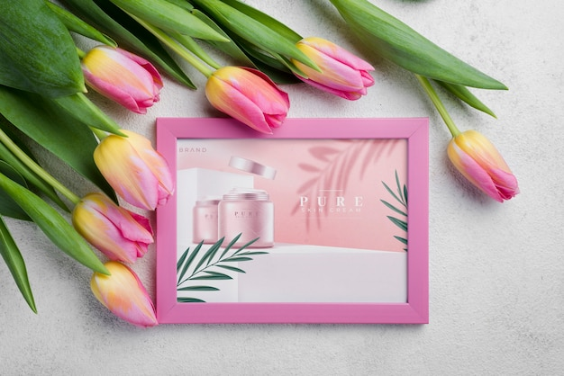 Maquete de cosméticos vista superior com flores
