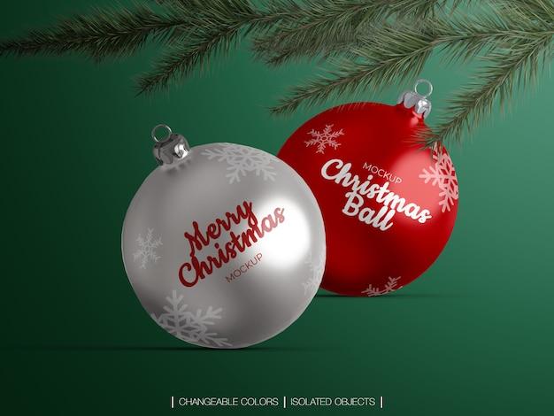 Maquete de decoração de bolas de natal isolada com galho de árvore
