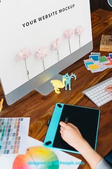 Maquete de designer gráfico com monitor e tableta gráfica