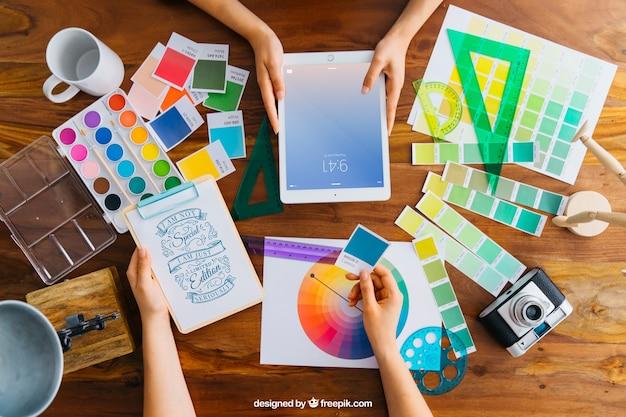 Maquete de designer gráfico criativo com tablet