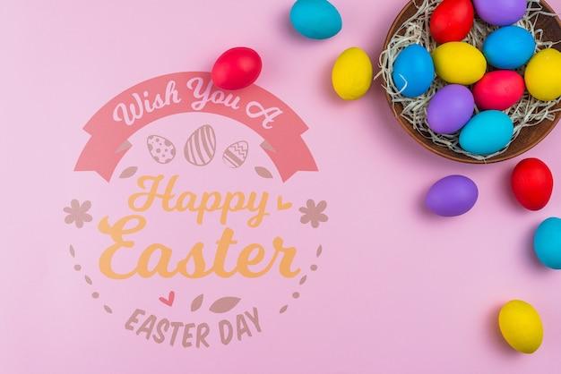 Maquete de dia de páscoa com ovos coloridos