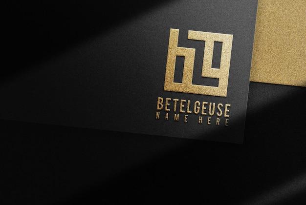 Maquete de documento preto de negócios com logotipo dourado com design em relevo