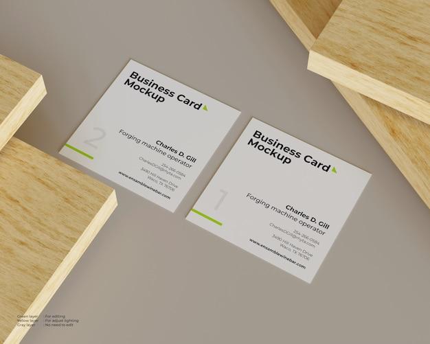 Maquete de dois cartões de visita estão em uma pilha de madeira