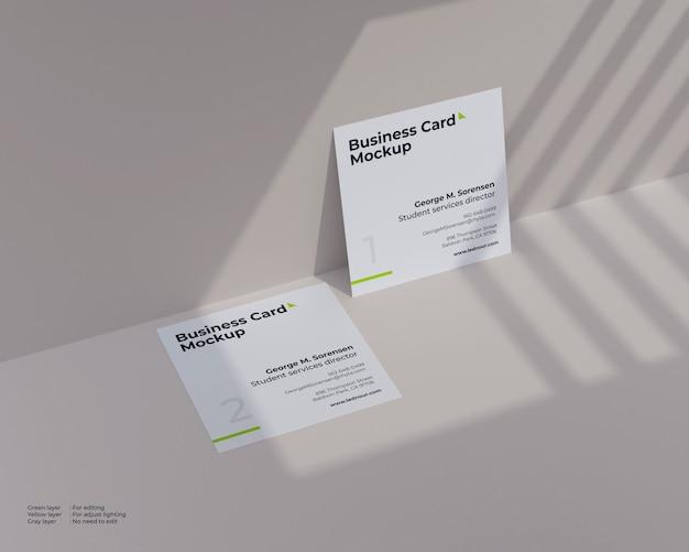 Maquete de dois cartões quadrados sob sombra