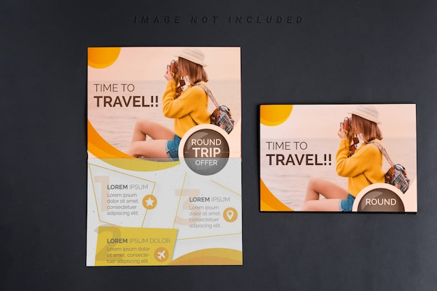Maquete de dois panfleto na mesa preta, vista superior