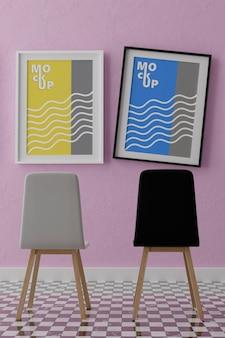 Maquete de dois quadros verticais, quadro de madeira e cadeiras na parede rosa