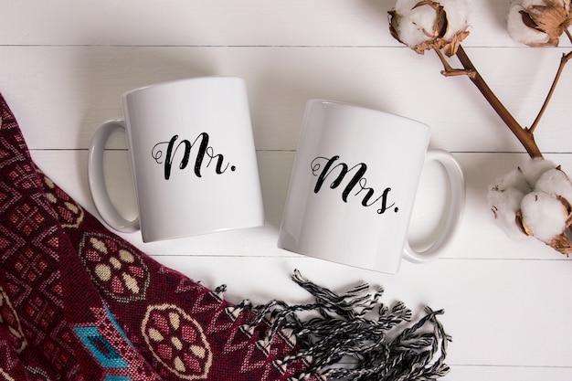 Maquete de duas canecas de café em cerâmica, aconchegante cena em casa