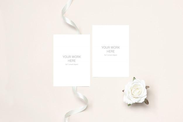 Maquete de duas cartas com rosa e fita
