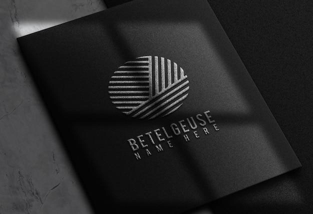 Maquete de empresas de design com logotipo de prata em relevo