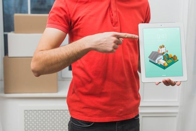 Maquete de entrega com tablet de exploração do homem