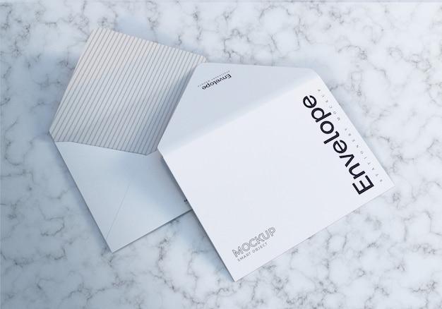Maquete de envelope aberto frente e verso vista com fundo de mármore