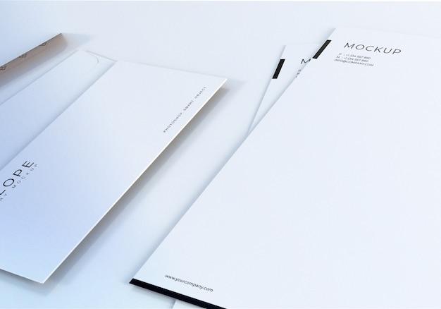 Maquete de envelope branco limpo closeup