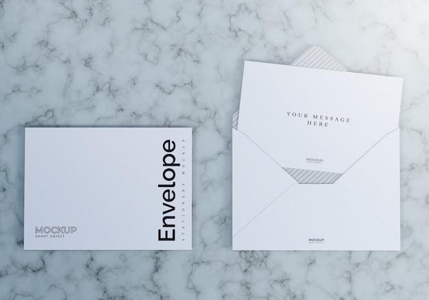 Maquete de envelope com fundo de mármore