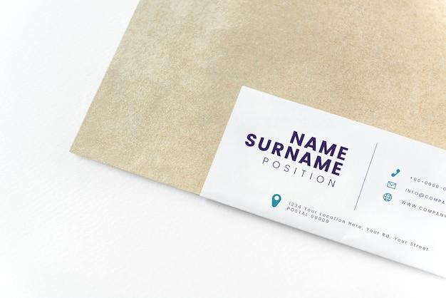 Maquete de envelope de papel marrom natural