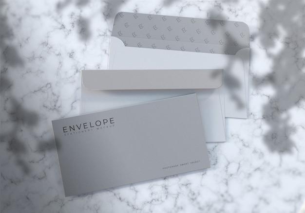 Maquete de envelope fotorrealista com fundo de textura de mármore