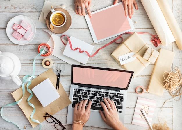 Maquete de espaço de design com laptop