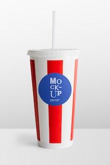Maquete de espaço de design de copo de refrigerante descartável listrado de vermelho e branco