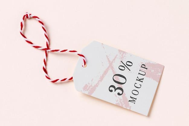 Maquete de etiqueta de roupa com fio vermelho e branco