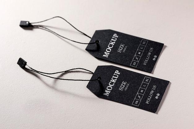 Maquete de etiqueta de tamanho preto com duas roupas